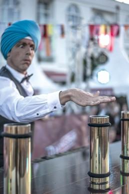 """Ron & Salim feiern fröhlich die Feste wo sie fallen und bringen das berühmteste Fest aus Indien unermüdlich nach Deutschland: """"Das Fest der Flaschen"""". Die rasante Weltpremiere präsentiert dem Publikum ein Spektakel voller Energie und Elan mit Jonglage, Tanz & Zauberei, verpackt in artistischer Comedy. Hier präsentiert Klirr Deluxe die Flaschenshow beim Ducksteinfestival in Binz auf Rügen. Eine Festivalshow für ein grosses Familienpublikum. Flaschenjonglage, Artistik und Feuer verpackt in ein grosses Spektakel."""